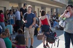Viajeros que esperan el tren en la estación atestada Imagen de archivo libre de regalías
