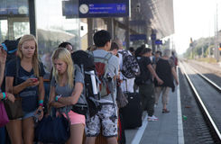 Viajeros que esperan el tren en la estación atestada Fotografía de archivo
