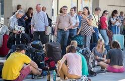 Viajeros que esperan el tren en la estación atestada Imagen de archivo