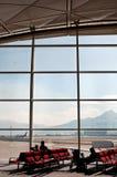 Viajeros que esperan en el aeropuerto Imágenes de archivo libres de regalías