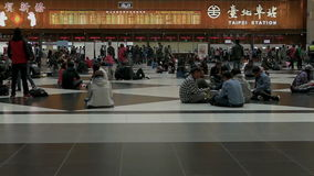 Viajeros que esperan y que caminan en pasillo del boleto en la estación de tren de Taipei, cámara lenta almacen de video