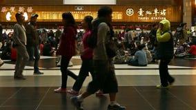 Viajeros que esperan y que caminan en pasillo del boleto en la estación de tren de Taipei, 4K almacen de video