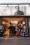 Viajeros que hacen compras en Hugo Boss Foto de archivo