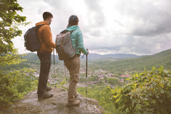 Viajeros que miran fijamente las montañas Imagenes de archivo