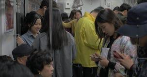 Viajeros que montan en metro Seul, el Sur Corea almacen de video