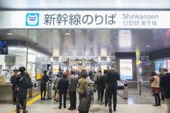 Viajeros que pasan a través de las puertas de los boletos en una estación de tren fotos de archivo