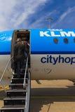 Viajeros que suben a Air France KLM Cityhopper Foto de archivo