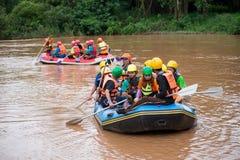 Viajeros que transportan en balsa con el barco de goma imagen de archivo libre de regalías