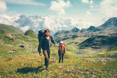 Viajeros románticos felices del hombre y de la mujer de los pares fotografía de archivo