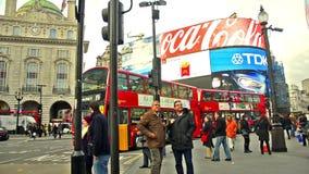 Viajeros y tráfico en el circo de Piccadilly en Londres, Reino Unido almacen de video