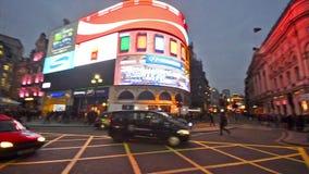 Viajeros y tráfico en el circo Reino Unido de Piccadilly almacen de video