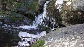 Viajes de la cascada que dicen con excesiva efusión a través de hendiduras redondeadas de la roca almacen de video