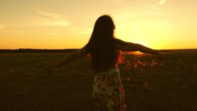 Viajes de la chica joven en auriculares y con smartphone en vuelo bajo rayos de una puesta del sol caliente C?mara lenta Viajero  metrajes