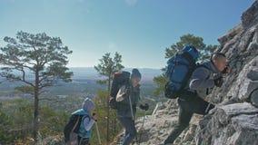 viajes de la familia Ambiente de la gente por las montañas, ríos, corrientes Los padres y los niños caminan usando emigrar polos  almacen de video