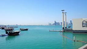 Viajes del barco en Doha, Qatar almacen de metraje de vídeo