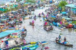 Viajes del barco hacia arriba y hacia abajo en el mercado flotante Fotos de archivo