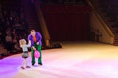 Viajes del circo de Moscú en el hielo Payaso con el globo y poco gir Foto de archivo libre de regalías