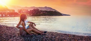 Viajes felices del verano de los pares fotografía de archivo libre de regalías