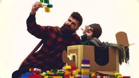 Viajes Niño pequeño que juega con un aeroplano del juguete El viajar con los niños y los descuentos del niño Niño pequeño y papá  almacen de video