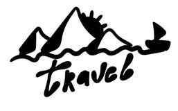 Viajes Palabra y montañas, sol, agua, velero en un estilo manuscrito lindo Inscripción del vector Turismo simple de la cita que p stock de ilustración
