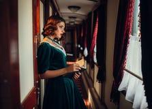 Viajes pasados de moda de la mujer, tren retro Foto de archivo libre de regalías