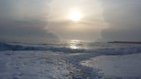 Viajes que traen salud, aire fresco del barco en la orilla foto de archivo libre de regalías