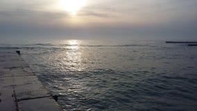 Viajes que traen salud, aire fresco del barco en la orilla imagenes de archivo
