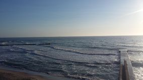 Viajes que traen salud, aire fresco del barco en la orilla, imagen de archivo