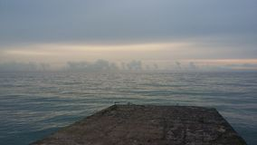 Viajes que traen salud, aire fresco del barco en la orilla, imagenes de archivo