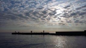 Viajes que traen salud, aire fresco del barco en la orilla, foto de archivo libre de regalías