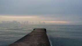 Viajes que traen salud, aire fresco del barco en la orilla, fotografía de archivo