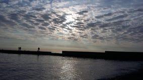 Viajes que traen salud, aire fresco del barco en la orilla, fotos de archivo libres de regalías