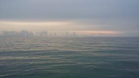 Viajes que traen salud, aire fresco del barco en la orilla, imagen de archivo libre de regalías