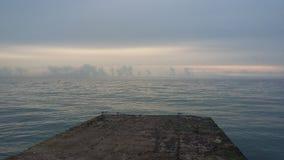 Viajes que traen salud, aire fresco del barco en la orilla, fotografía de archivo libre de regalías