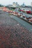 Viale ammucchiato da un parapetto rosso dell'edificio residenziale Fotografia Stock
