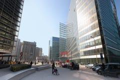 Viale in città moderna, camminata della gente Fotografie Stock