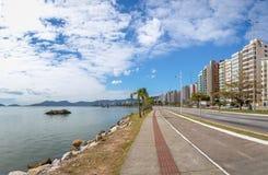 Viale di Beira marzo alla città di Florianopolis - Florianopolis, Santa Catarina, Brasile immagini stock libere da diritti