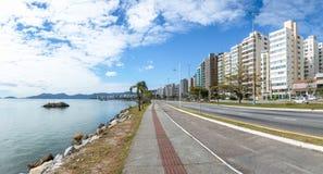 Viale di Beira marzo alla città di Florianopolis - Florianopolis, Santa Catarina, Brasile fotografia stock libera da diritti