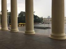 Viale di indipendenza a Minsk dalla costruzione del teatro con le colonne immagini stock
