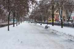 Viale di Karl Marx della città di Dniepropetovsk coperta da ghiaccio e da neve al giorno feriale alla stagione invernale Fotografia Stock