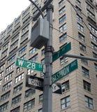 Viale di modo, segnali stradali, New York, U.S.A. Immagini Stock Libere da Diritti