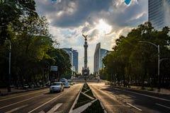 Viale di Paseo de La Reforma ed angelo del monumento di indipendenza - Città del Messico, Messico Fotografie Stock
