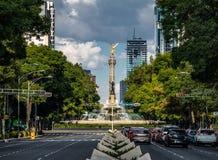 Viale di Paseo de La Reforma ed angelo del monumento di indipendenza - Città del Messico, Messico Immagine Stock