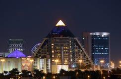 Viale a forma di della piramide WAFI in Doubai immagine stock