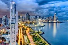 Viale illuminato della balboa, Panamá, Panama al crepuscolo fotografie stock