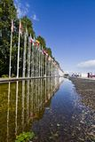 Viale lungo delle bandiere dai vari paesi del mondo Immagine Stock