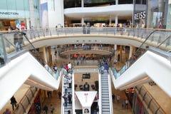 Viale moderno del centro commerciale Fotografie Stock Libere da Diritti