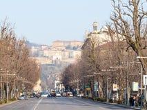 Viale Papa Giovanni XXII e cidade superior em Bergamo fotos de stock royalty free
