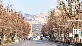Viale Papa Giovanni XXIII e cidade superior Bergamo imagem de stock