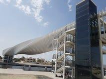 Viale pedonale con una struttura d'acciaio torta originale ed unica per permettere che i pedoni attraversino il canale del Dubai fotografia stock libera da diritti